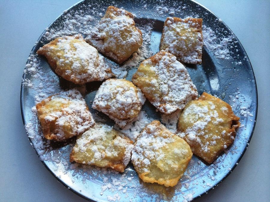 Tamriyyeh sprinkled with sugar powder