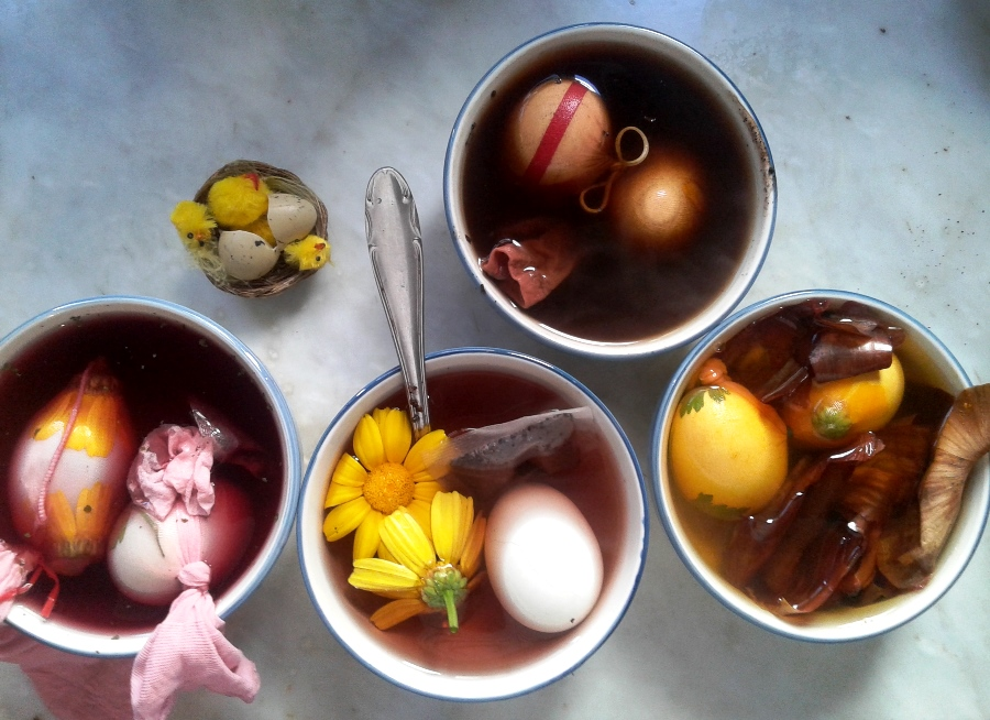 Simmering the eggs in different natural dye solutions (Photo ©Mabelle Chedid)