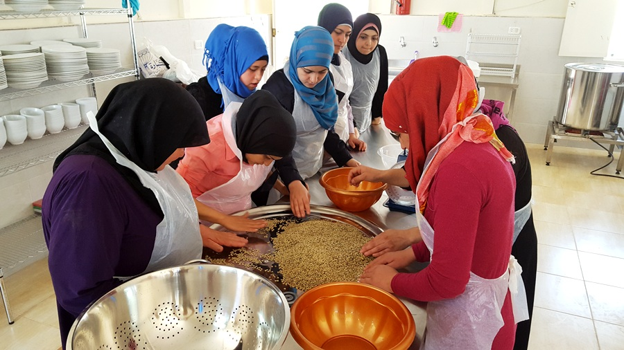 Preparing and cleaning the coarse bulgur for the moujaddara